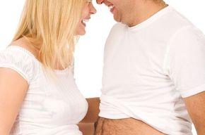 Tip list pareja embarazada  fondo blanco