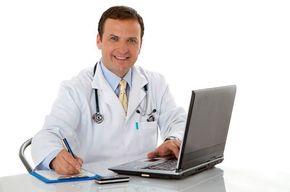 Tip list medico trabajando laptop