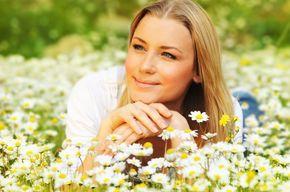 Tip list dama en campo de flores